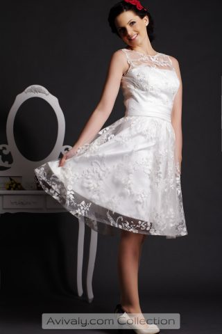Amllis - A-line Knee Length Lace Dress with Pearls Embellishment