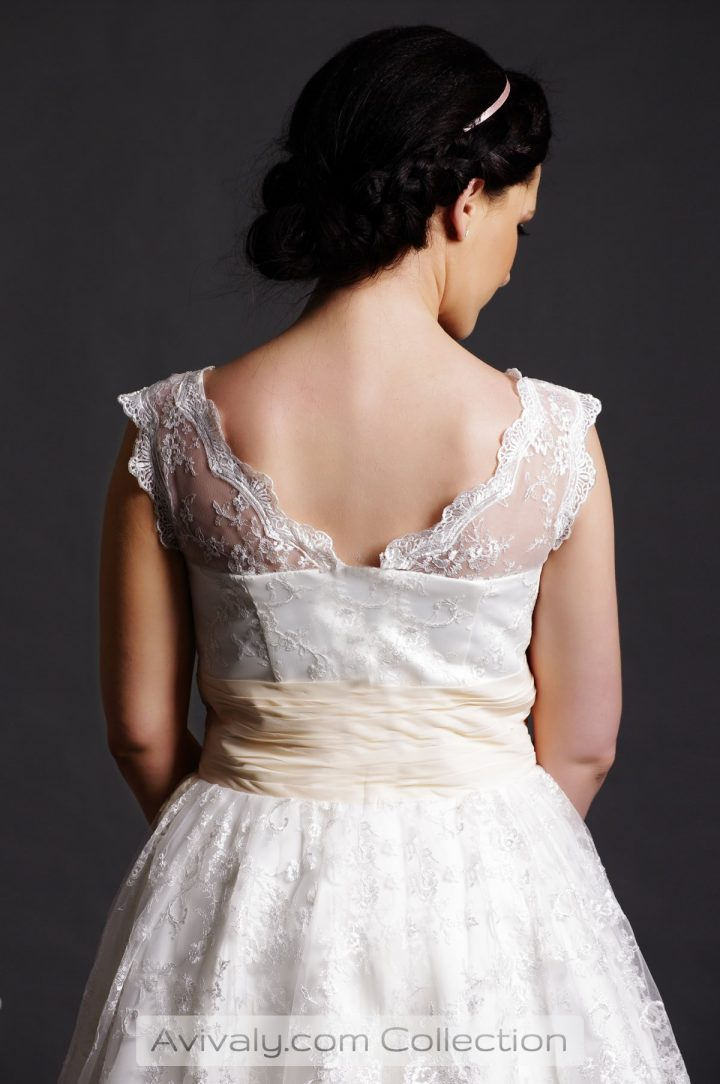 Willow - V-neckline & Sleeveless Shoulders with Scalloped Edge