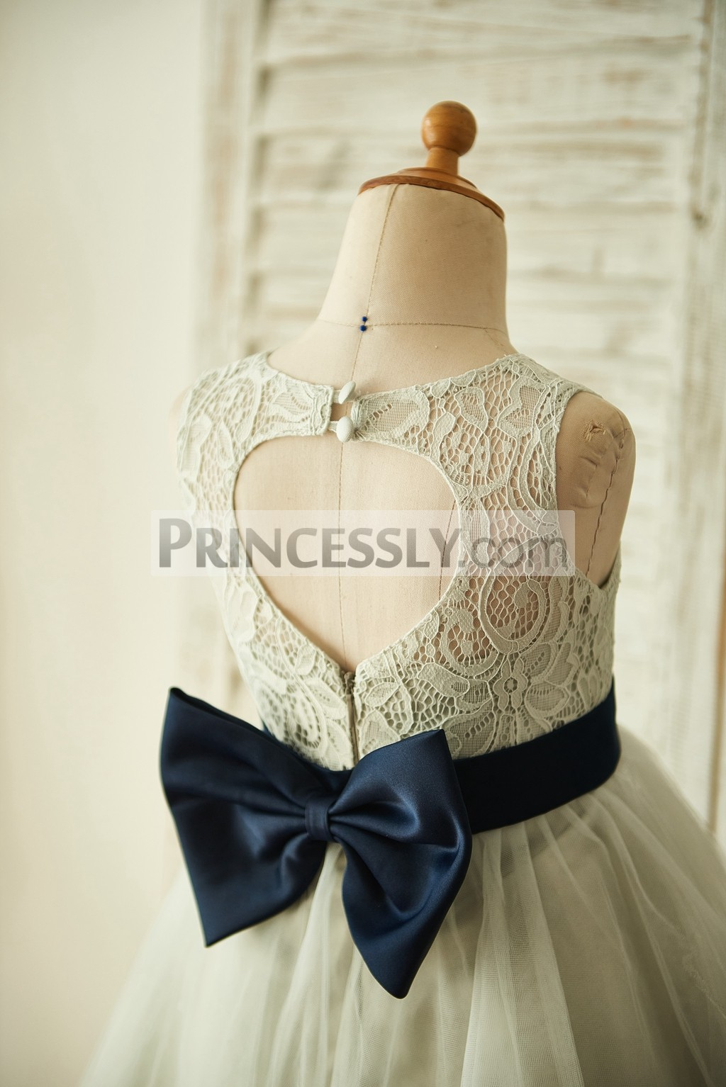 Keyhole back with clasp buttons and bow