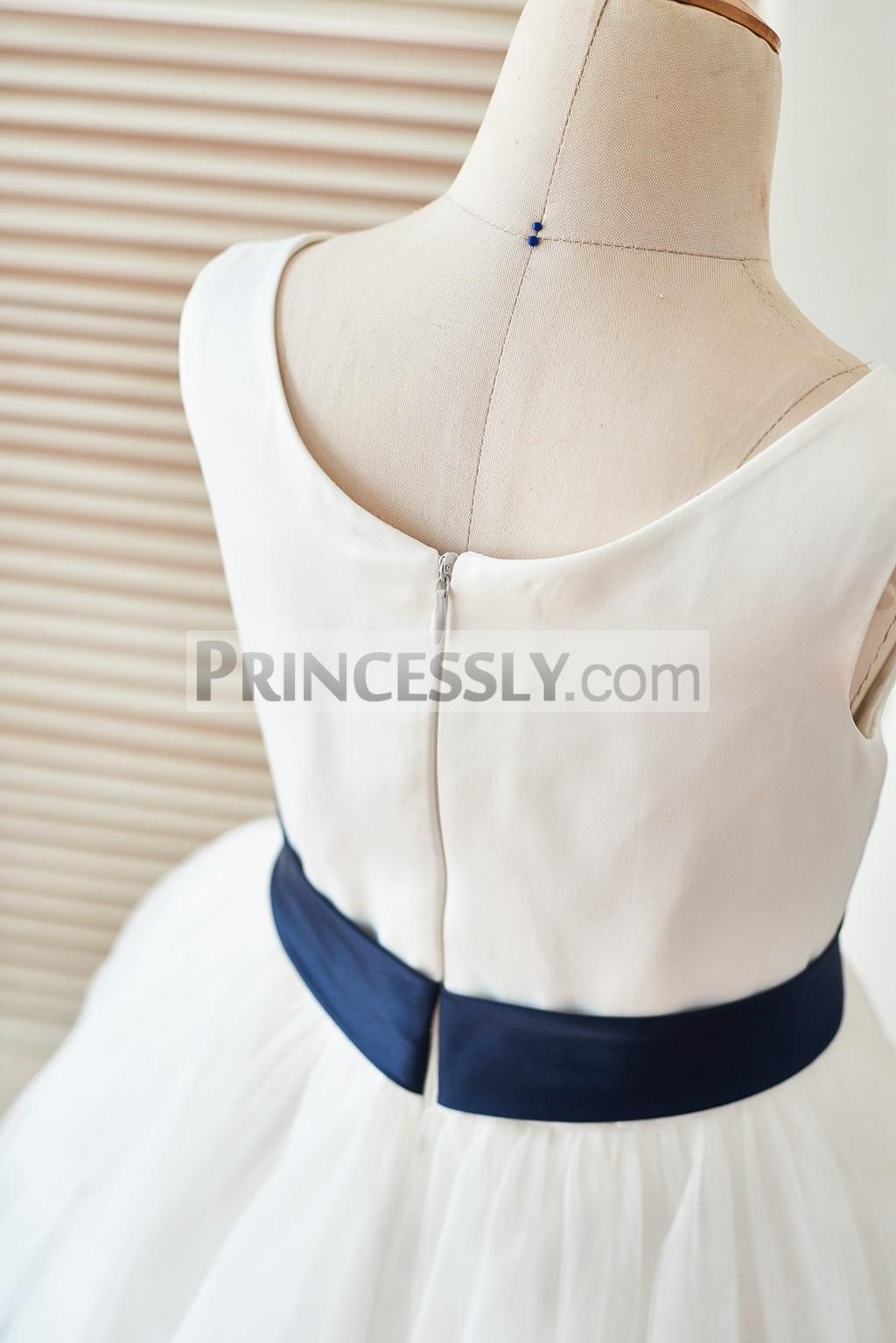 Scoop neckline zipper back