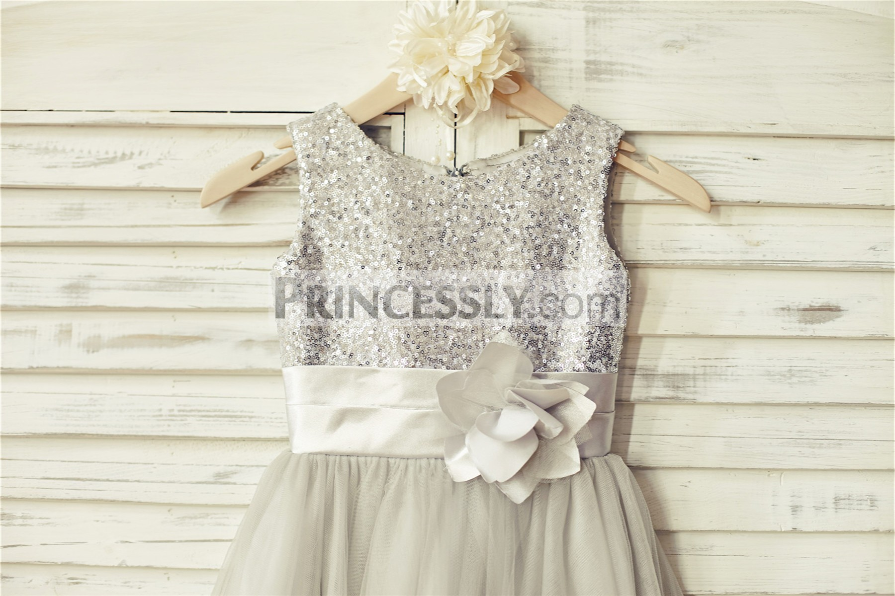 Silver sequins bodice with scoop neckline and sleeveless style