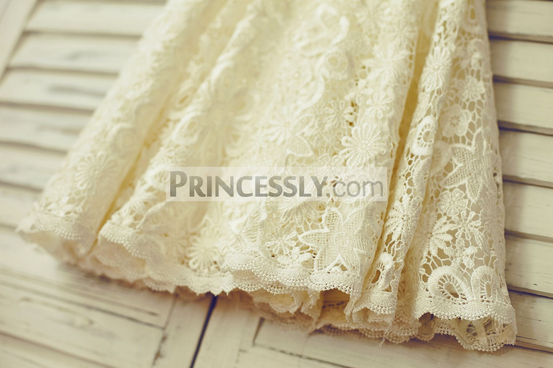 Crochet lace skirt with special trim