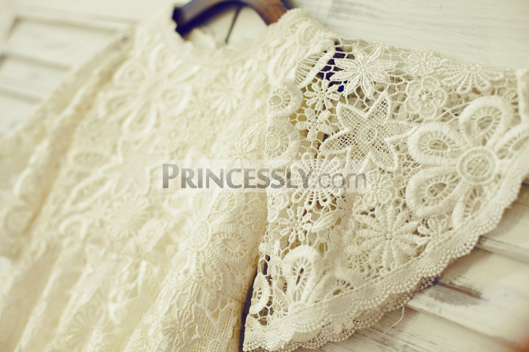 Hollow-out lace puffy sleeves