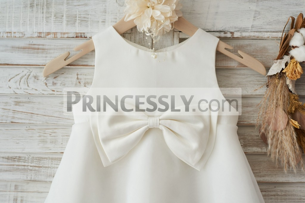 Scoop neck and sleeveless bodice with a bow