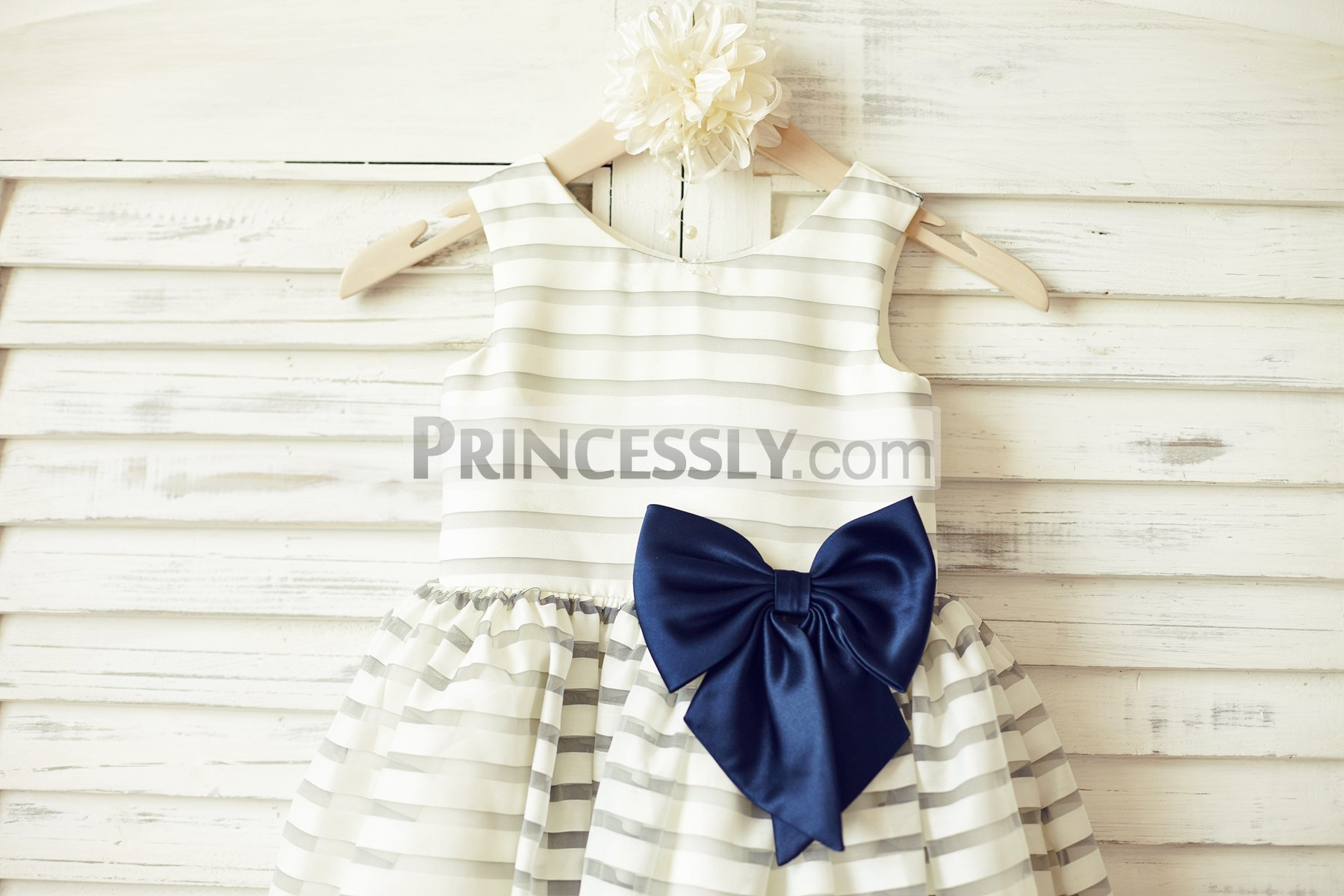 Scoop neckline sleeveless bodice wit a navy blue bow