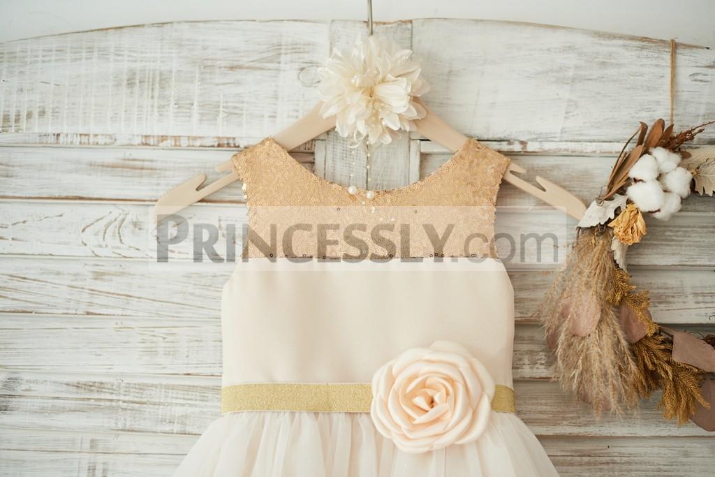 Scoop neck sleeveless bodice with gold sequins belt / flower