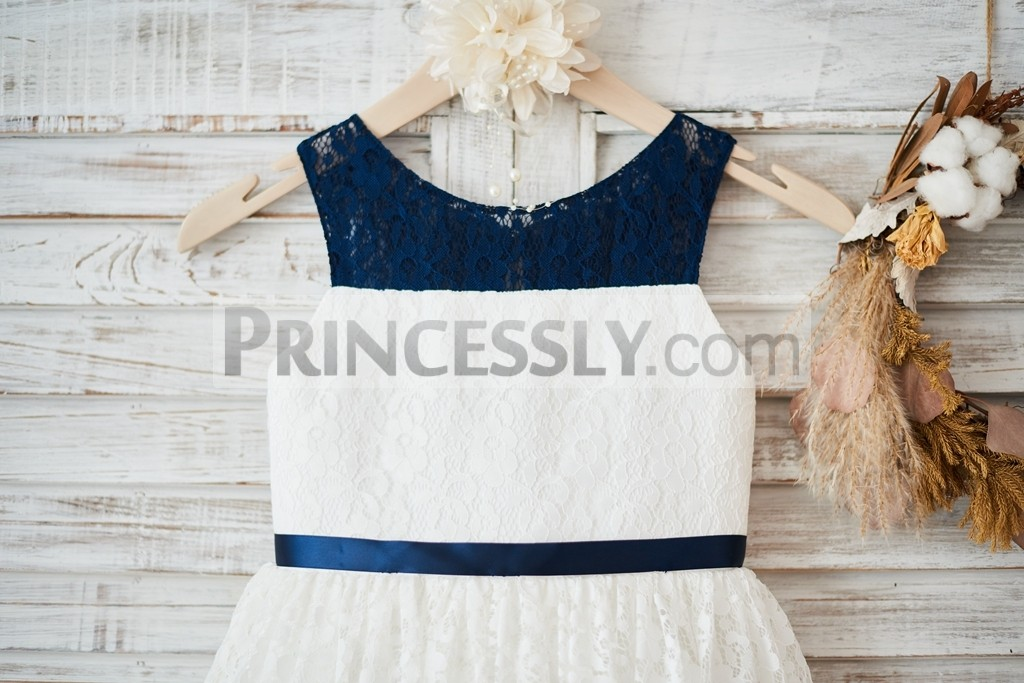 Lace bodice with thin fixed belt