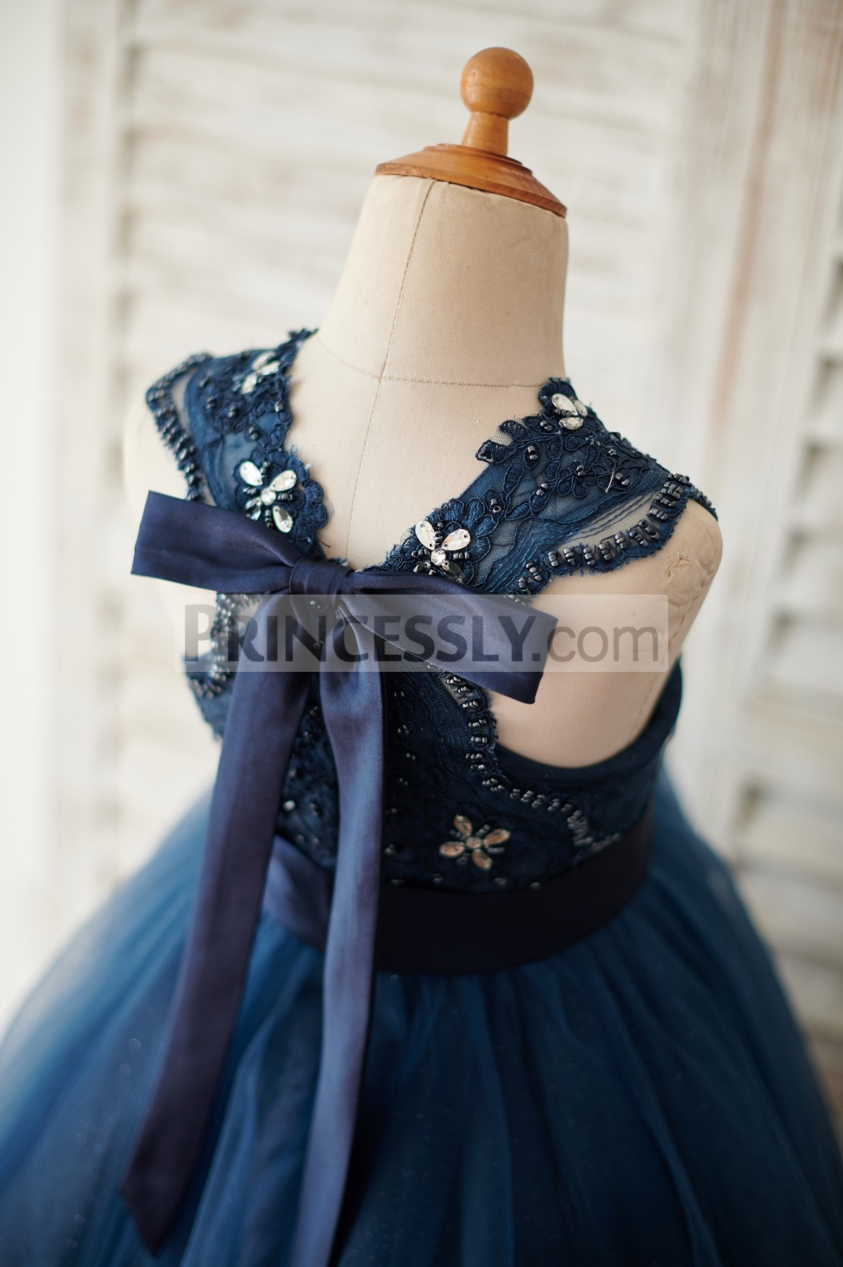 Lace cross back with a bowknot