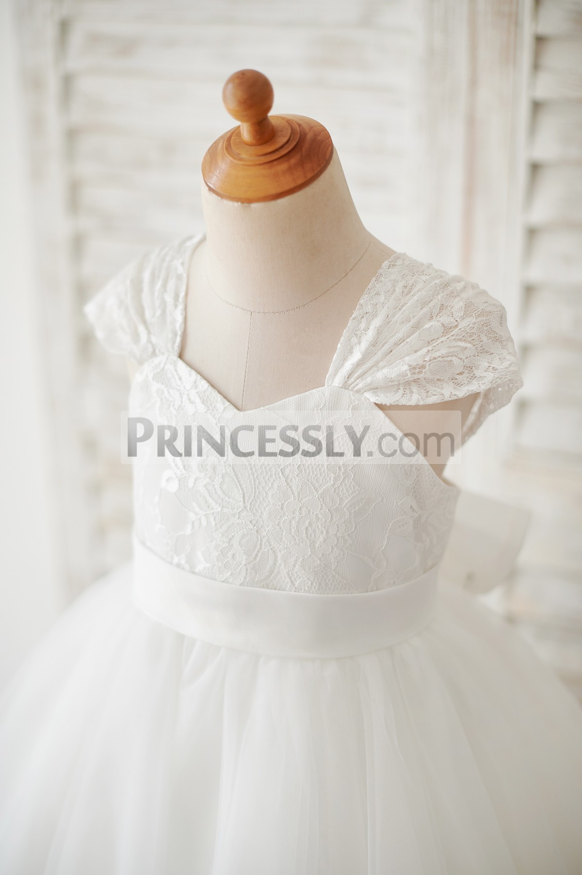 Lace cap sleeves, sweetheart neckline & fixed waistband on bodice
