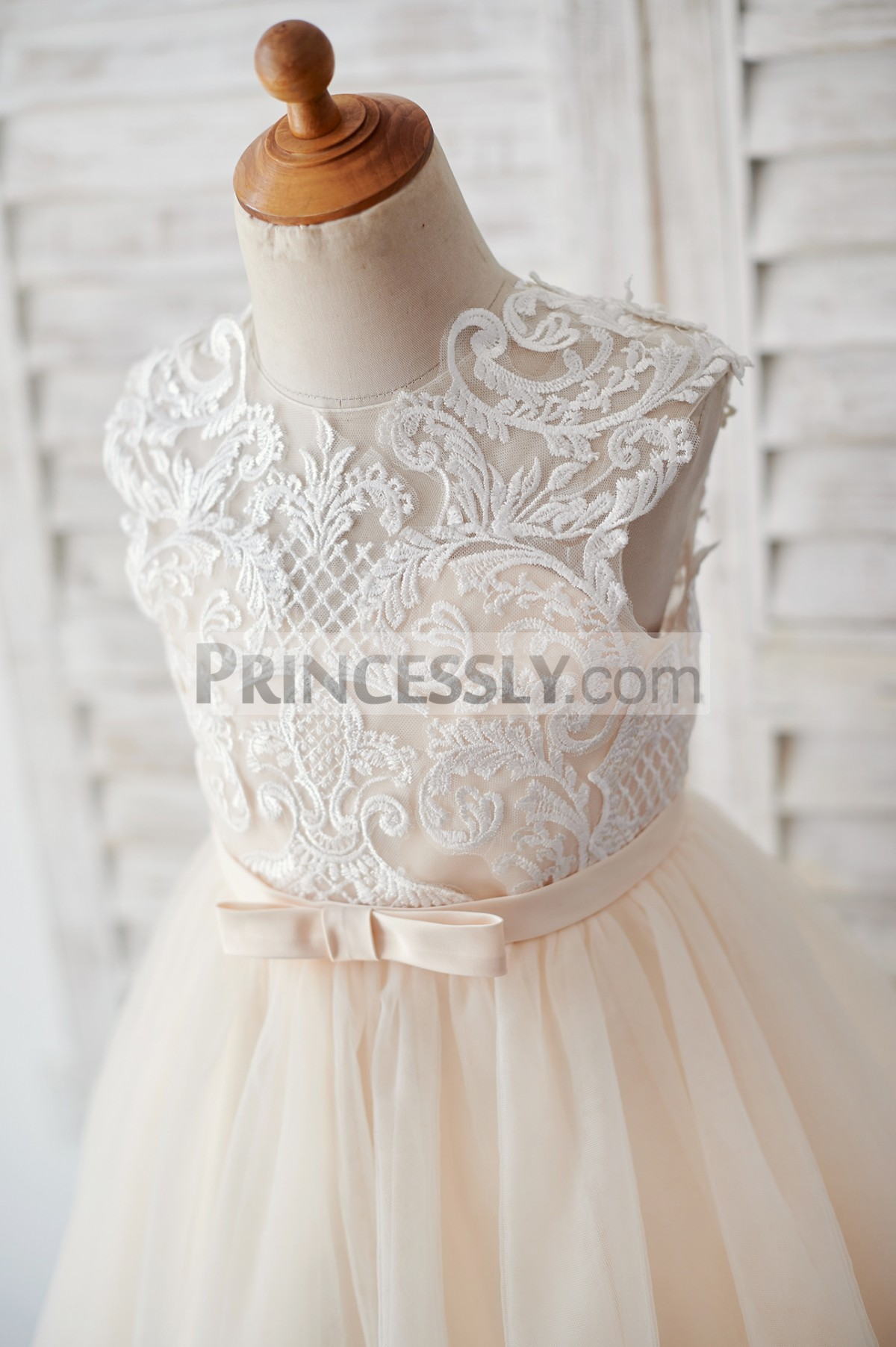 Ivory lace inside sweetheart lining bodice with thin belt